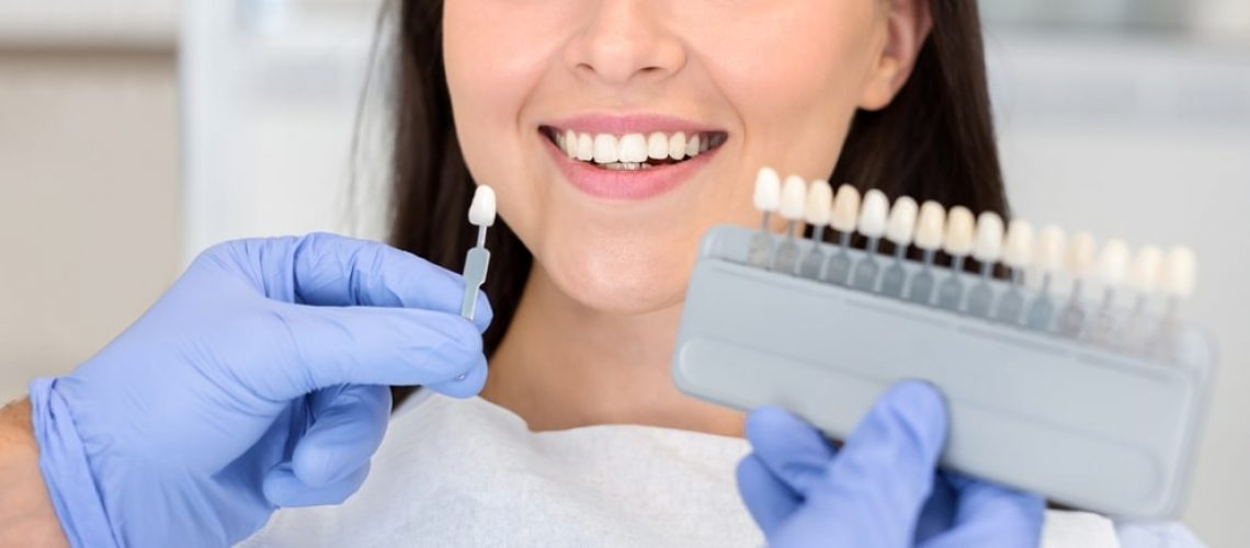 dentist-applying-sample-from-tooth-scale-to-happy--75F6SK6-min - Copia